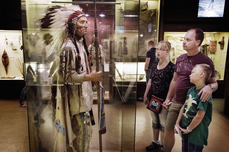 De vitrines met indianenspulletjes gekocht door Karl May. Beeld Daniel Rosenthal