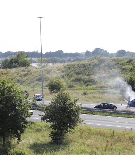 Auto vliegt spontaan in brand op de A73 bij Cuijk, geen gewonden maar wel lange file