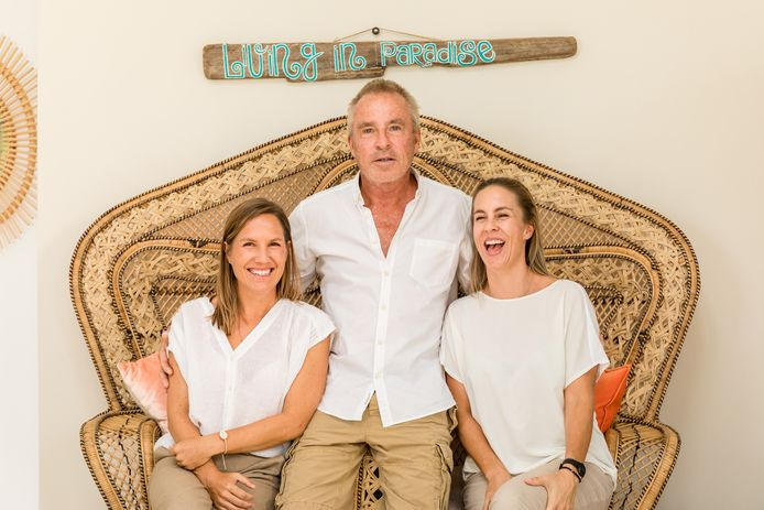 Kimberly en Stephanie Rooijakkers met hun vader Theo.
