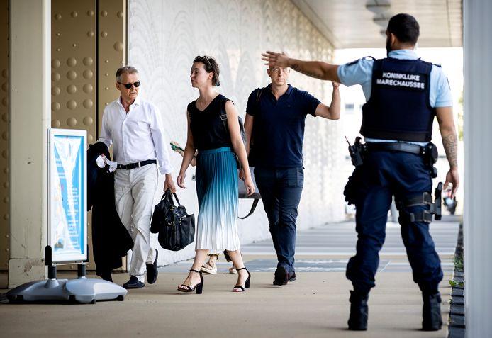Advocaten Nico Meijering (l.) en Christian Flokstra (r.) arriveren bij de extra beveiligde rechtbank op Schiphol.