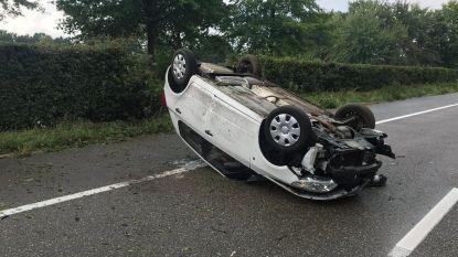 Auto belandt op dak op Ring in Geel