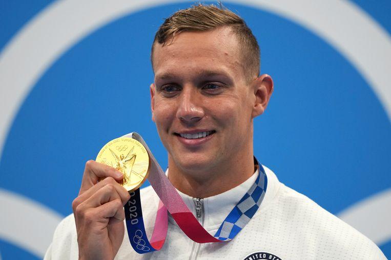 De Amerikaan Caeleb Dressel met zijn gouden medaille gewonnen op de 100 meter vrije slag Beeld AP