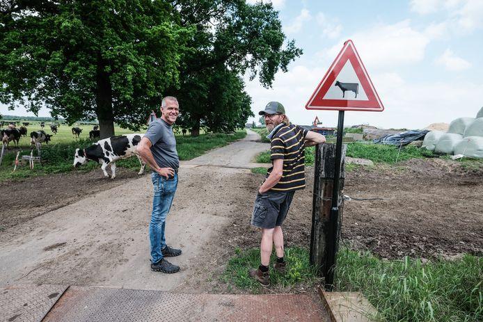 Wilke Schoemaker (l) van Stichting Twickel en boer Gerrit van Beek in de Fraterwaard.