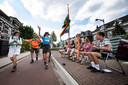 Huisgenoten moedigen wandelaars aan op de Sint Annastraat.