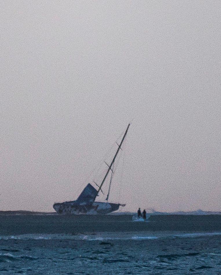 De op het rif vastgelopen boot van Vestas. Beeld epa