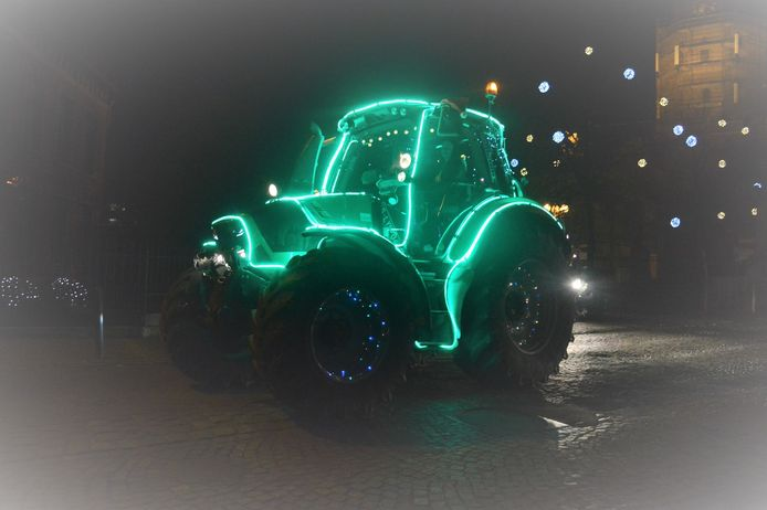 Landbouwers brachten sfeer met een stoet van verlichte tractoren.
