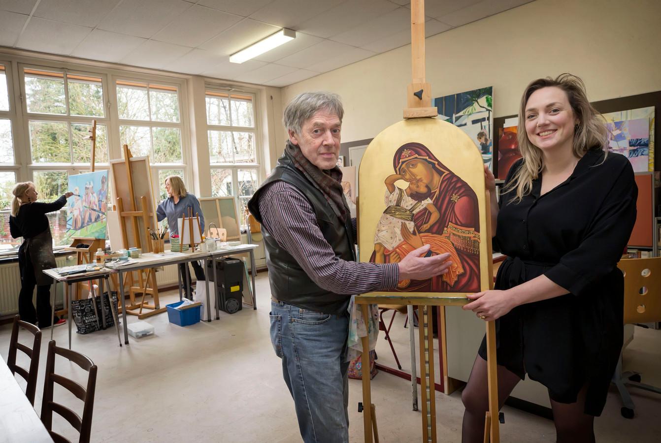Joop Swaans en dochter Maya met een icoon dat door Maria is geschilderd.