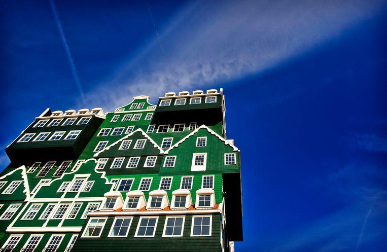 Ook het Inntel Hotel in Zaandam, dat lijkt te bestaan uit een stapel traditionele Zaanse huisjes, heeft dit jaar veel minder buitenlandse bezoekers dan andere jaren.  Beeld Koen van Weel, ANP