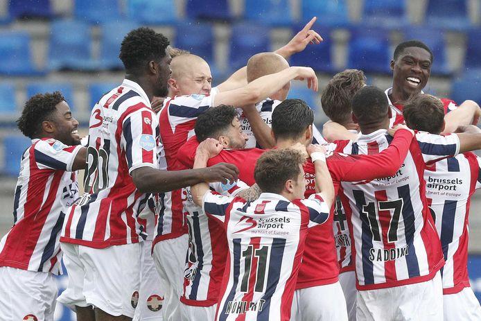 Willem II viert de zege op Fortuna Sittard op de laatste speeldag van het seizoen 2020/21 en daarmee het lijfsbehoud in de eredivisie.