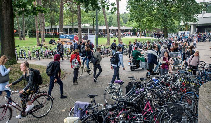 Drukte op de campus van Tilburg University vanwege de internationale studenten.