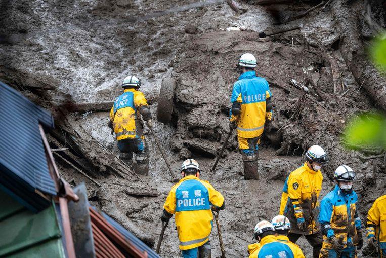 Er was in 48 uur veel meer regen gevallen dan gebruikelijk is in een maand. De inwoners van de Japanse stad Atami werden zaterdag verrast door een golf van modder en puin. De krachtige stroom veroorzaakte een spoor van vernieling: er zijn in ieder geval twee doden gevallen, tientallen mensen zijn vermist. Naar hen werd gisteren naarstig gezocht. Beeld AFP