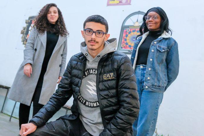 Jongeren maken digital stories over lockdown. Vlnr: Samia Len Hafide (15), Sarkis Hakobyan (15) en Ine Manassee (16).