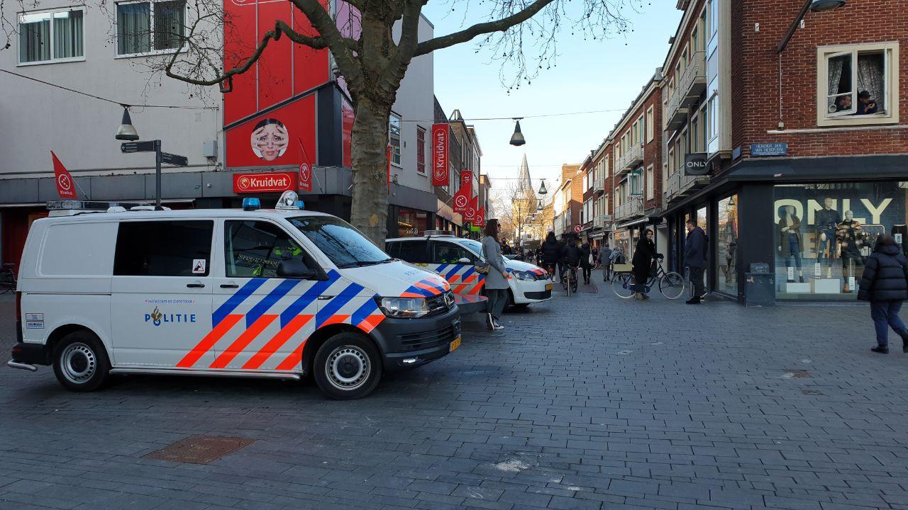 In het centrum van Enschede hebben jongeren zich opnieuw verzameld na de rellen van zondagavond.