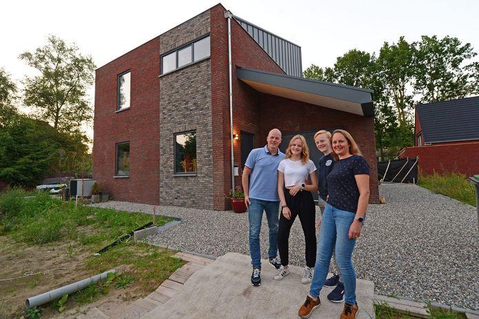 De familie Ter Haar voor het huis, met Ralf, dochter Merit (15), zoon Rinze (13) en Vera.