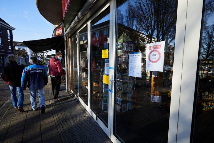 Een boa loopt voorbij de gesloten en verzegelde levensmiddelenwinkel Blanda in Lochem.