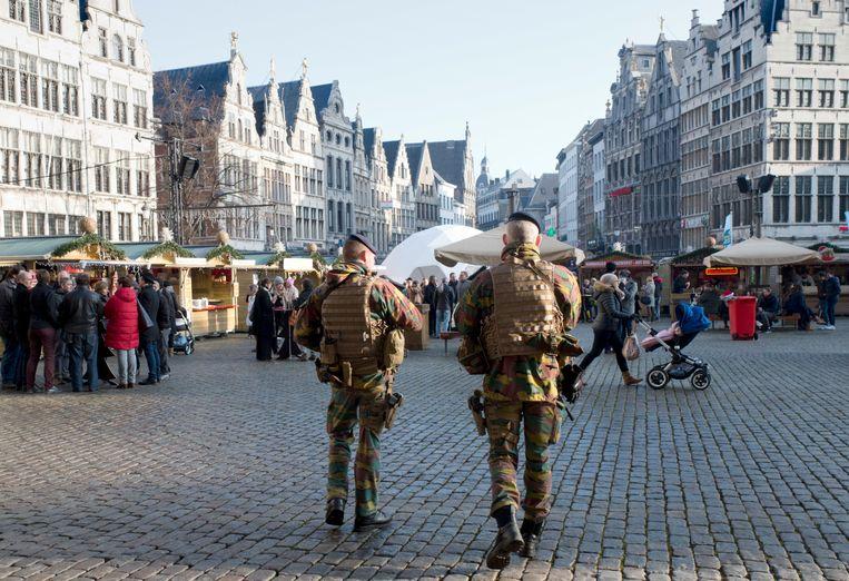 Militairen op de kerstmarkt van Antwerpen. Beeld AP