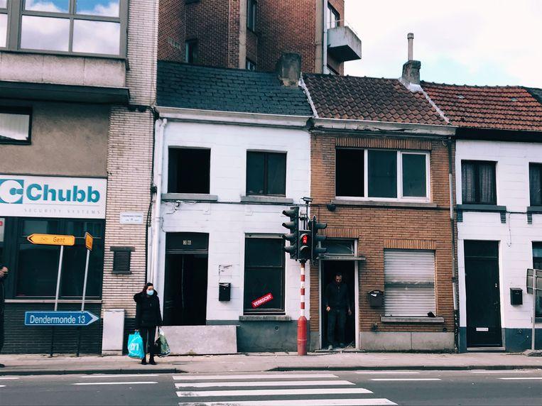 In het witte rijhuis aan de Dendermondsesteenweg is Louis Paul Boon geboren. Beeld RLA