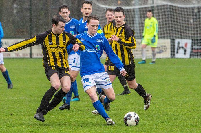 Vince van Reijmersdal legt aan voor Juliana Mill in de derby tegen SES van afgelopen seizoen.