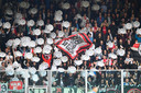 Fans van Ajax houden kartonnen kampioensschalen omhoog.