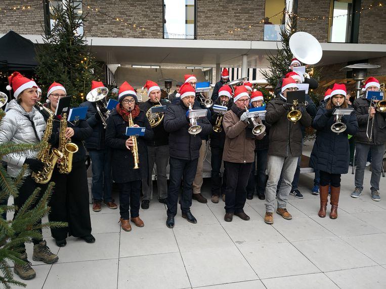 Plaatselijke muzikanten vrolijken de kerstmarkt in Woumen op.