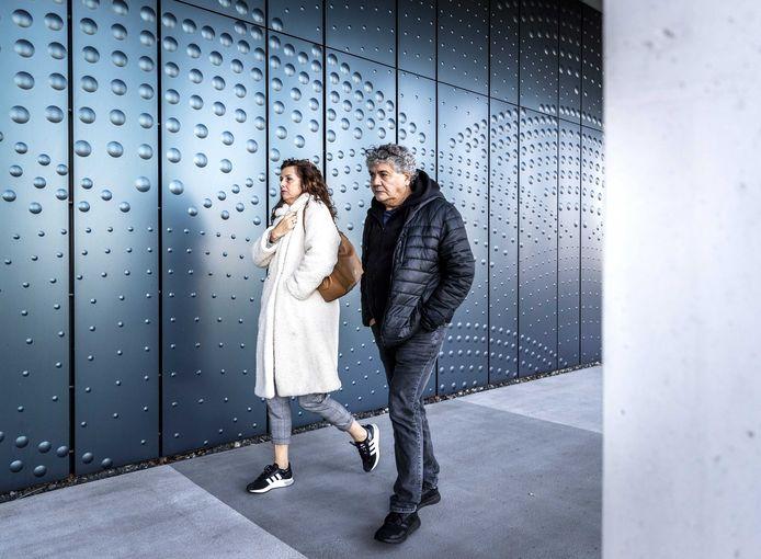 Nabestaanden Rob en Silene Fredriksz arriveren bij het Jusitieel Complex Schiphol