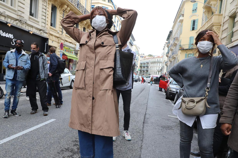 Een kennis van de vermoorde koster treurt donderdag nabij de basiliek in Nice. Beeld AFP