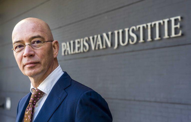 Auteur Tommy Wieringa arriveert bij de rechtbank van Den Haag, voorafgaand aan de bodemprocedure over het Systeem Risico Indicatie.  Beeld ANP