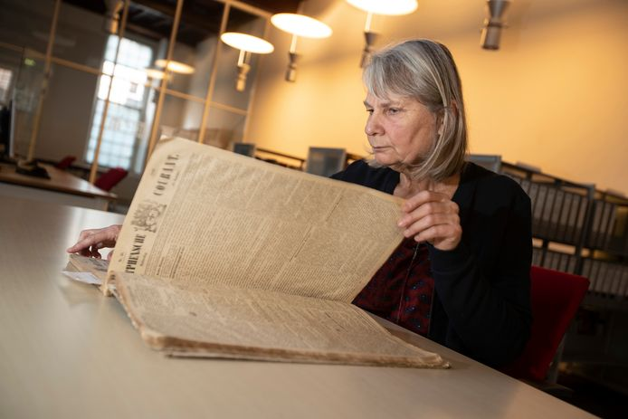 Bibliothecaris Jane Voskamp van het Regionaal Archief Zutphen leest een exemplaar van de allereerste editie van de Zutphense Courant uit 1849. Vanaf nu is de krant ook digitaal in te zien en door te spitten.