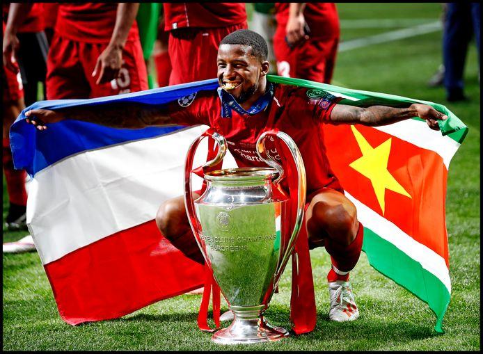 Giorginio Wijnaldum met Cup en de Nederlandse en de Surinaamse vlag.