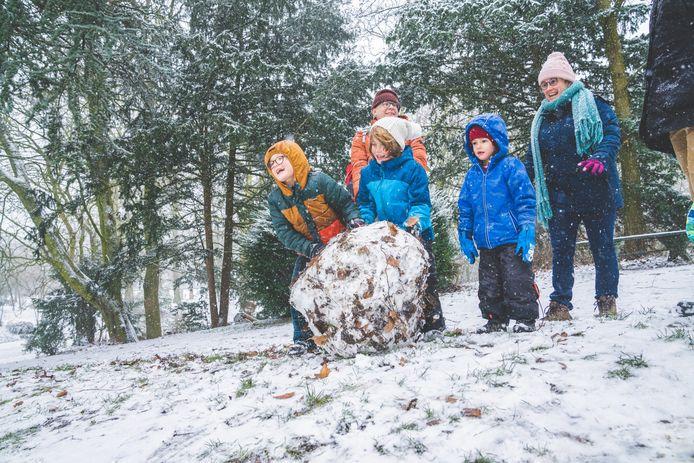 In het Gentse Citadelpark werken enkele kinderen naarstig aan de basis van een kloeke sneeuwman.