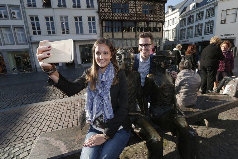 Lotte en Gert nemen een selfie met het standbeeld op de Grote Markt. Ook dat staat op de bucket list.