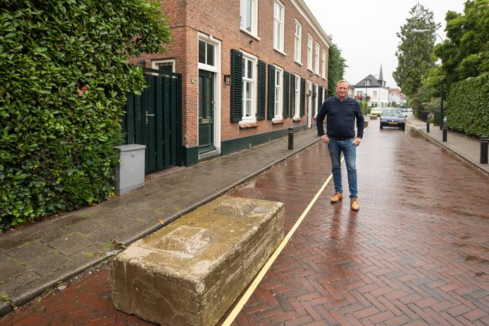 David Kraaijenbrink woont in de Hoofdstraat in het centrum van Baarn. Dankzij de betonblokken voor zijn deur kan hij eindelijk weer rustig slapen.