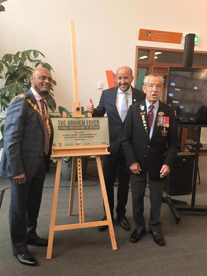 Opening van de Arnhem Foyer door de burgemeester Marcouch en Kabir. Eregast was veteraan Pendergast.