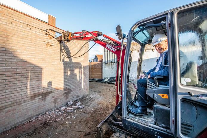 Wethouder Adri Totté breekt een van de muren door als start van de werkzaamheden bij gemeenschapscentrum De Kauter.