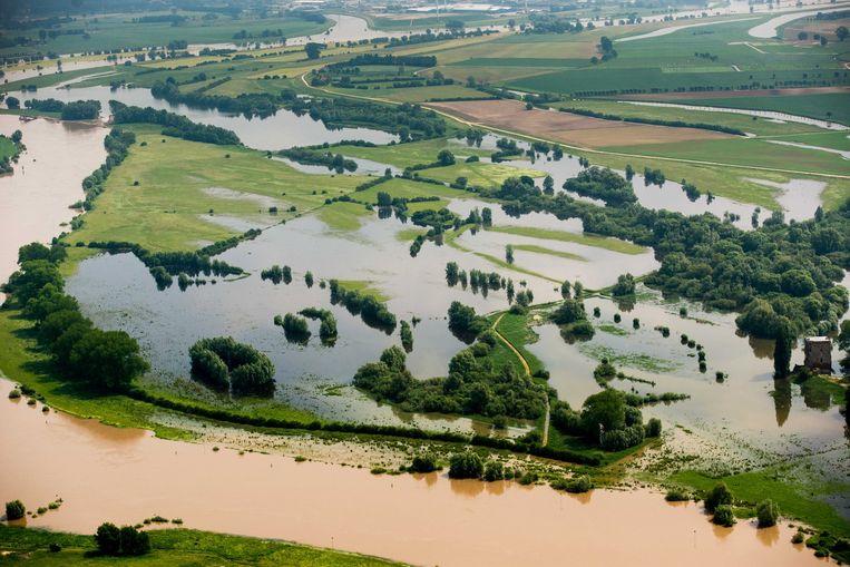 De rivier de IJssel is buiten zijn oevers getreden, na het noodweer van de afgelopen dagen. Beeld ANP