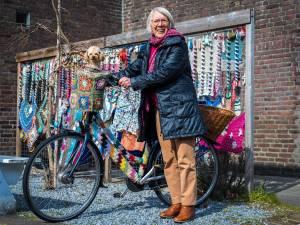 Henny (82) vrolijkt heel Utrecht op met urban knitting: 'Haken is écht niet alleen voor oma's'