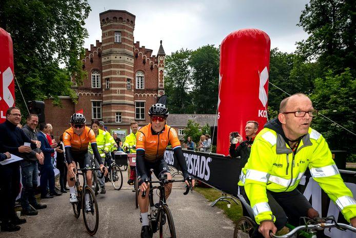 Jan Prop en Huub Kools, in het oranje starten bij Titurel in Putte voor de Van der Poel-Poulidor Challenge: 3 dagen op rij 300 kilometer fietsen naar Frankrijk, om geld in te zamelen voor het zorgcomplex. Ton (rechtsvoor) rijdt een stukje mee.