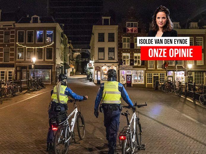 Handhavers patrouilleren in het centrum van de Nederlandse stad Utrecht.
