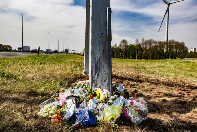 Bloemen op de plek langs snelweg A1 waar op paasmaandag vier jonge mannen om het leven kwamen bij een verkeersongeluk.
