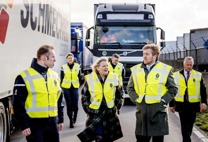Koning Willem-Alexander en staatssecretaris Ankie Broekers-Knol.