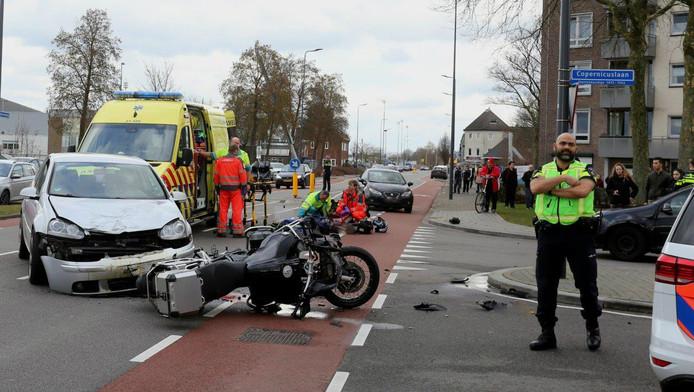 De situatie op de Oude Vlijmenseweg in Den Bosch na het ongeluk, waarbij een motorrijder in botsing kwam met een auto.
