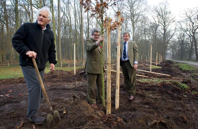 Vier jaar geleden schonk de organisatie van de Almelo Allee enkele jonge eiken aan de graaf, als dank dat het evenement op zijn landgoed mocht worden gehouden. Vanaf links: graaf Adolph, zoon Max en Fred van der Horst van de Almelo Allee.