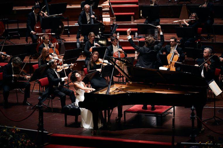 Yuja Wang soleerde vrijdag bij het Orchestre Philharmonique du Luxembourg met chef-dirigent Gustavo Gimeno. Beeld Eduardus Lee
