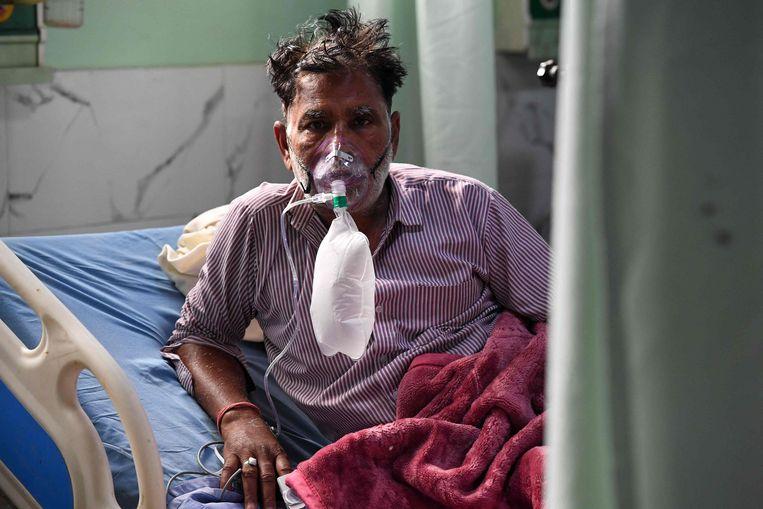 Een coronapatiënt op een IC-afdeling in Moradabad, India. Beeld AFP