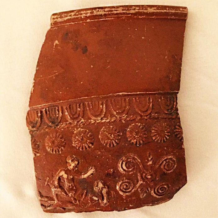 Deel van een versierde kom uit de collectie van Museum Vlaardingen. Een voorbeeld van het Romeinse aardewerk uit de 2de eeuw na Christus