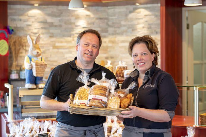Nicole Schabbink met haar man Ronnie Kleij in bakkerij. Ze zijn druk in de weer voor Pasen en de logistiek in verband met de coronacrisis. Bij de bakkerij verrijst onder meer een grote tent.