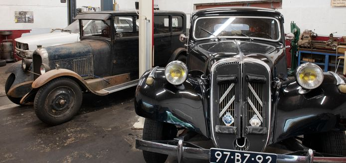 Oude wagens in de garage van Milan's Oldtimerservice.