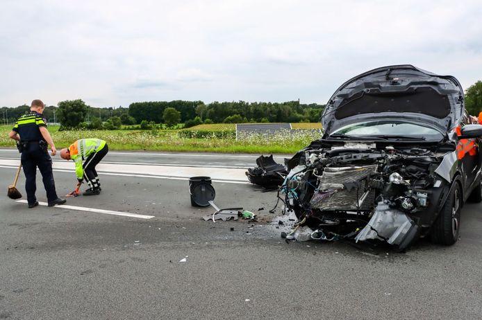 p de N18 bij Enschede is dinsdagmiddag een grote ravage ontstaan door een ongeluk tussen twee auto's.