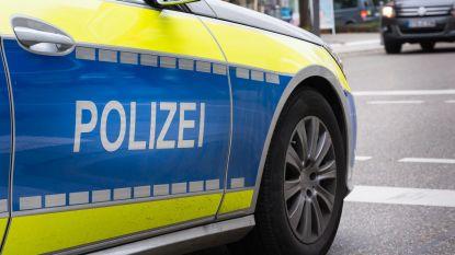 Man geeft baby messteek en springt van balkon in Duitse Rostock