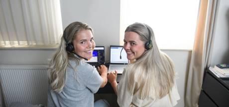 Hengelose zussen Puck en Sam werken bij de GGD-vaccinatielijn: 'Hoe rot iemand aan de telefoon ook deed, je weet nooit wat erachter zit'